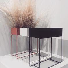 Retro Furniture, Home Furniture, Furniture Design, Espace Design, Mid Century Exterior, Modern Plant Stand, Bauhaus Style, Seat Storage, Chaise Vintage