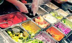 チョップド・サラダとはNYで流行している、具材すべてを小さいサイズにカットしたサラダ。食べやすく、たくさんの野菜を食べることができるヘルシーさが人気です。