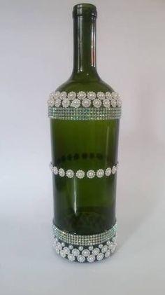 Resultado de imagem para garrafas cristal decoradas Twine Wine Bottles, Wine Bottle Centerpieces, Wine Bottle Gift, Recycled Wine Bottles, Glass Bottle Crafts, Painted Wine Bottles, Bottles And Jars, Bottle Art, Glass Bottles