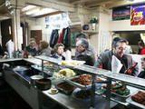 Esta taberna de marineros es, sin duda, la patria del almuerzo de cuchillo y tenedor de Barcelona. Entre mesas de mármol y patas de hierro, cada dí