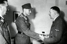 1944, Allemagne, Rastenburg (aujourd'hui Kętrzyn en Pologne), Führerhauptquartier de la Wolfsschanze, Adolf Hitler décore le Wachtmeister Arthur Adam