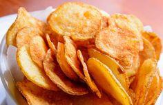 Chips, dat kan je perfect zelf maken! Dit heb je nodig aardappelen olie kruiding naar keuze (paprika, peper, zout, chili, …) Aan de slag Snijd de aardappelen in dunne schijfjes en doe ze in een kom Je hoeft ze niet noodzakelijk te schillen — maar was ze dan wel eerst! Kruid de schijfjes Pikant Meng … Continued