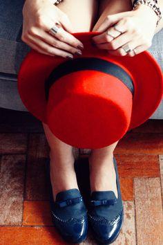 Look du jour com uma inspiração que já é clássica por aqui: navy! Amo essa combinação de azul marinho e vermelho, especialmente se vem com listras como é o caso dessa saia linda da Front Row. Já que a saia é mais justinha optei por usar uma tshirt básica mais soltinha. Amo balancear quando tem uma Continue Reading