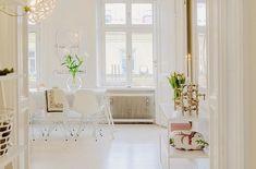 Ya conocemos la amplitud y claridad que se disfruta en los apartamentos nórdicos. Pueden presumir de grandes ventanales y espacios muy abiertos. También sabemos que aceptan mezclar cualquier tipo de estilo decorativo, es fantástico el partido que se les puede sacar y es ello uno de los motivos por los que están tan de referencia. …