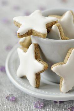 Des petits biscuits de Noël en forme d'étoiles, à réaliser avec les enfants pour leur plus grand plaisir (de les faire et de les déguster) !