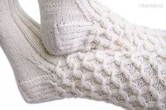 Smokkineule eli rypytetty joustinneule Wire Crochet, Crochet Socks, Knitting Socks, Hand Knitting, Knitting Patterns, Knit Crochet, Wool Socks, Knitted Bags, Yarn Colors