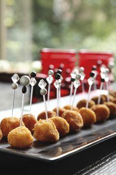 Πολύ νόστιμο «finger food» για τα εορταστικά τραπέζια μας Υλικά 2 µεγάλες πατάτες(βρασµένες),1 αυγό, Αλάτι, πιπέρι½ φλιτζ. µοτσαρέλατριµµένη½ φλιτζ. goudaτριµµένο3 φλιτζ. φρυγανιάΚαλαµποκέλαιο… Caramel Apples, Finger Foods, Food And Drink, Appetizers, Cheese, Cake, Desserts, Recipes, Salads