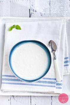 Jogurt naturalny domowy - przepis jak zrobić go krok po kroku. Wcale nie jest trudno, wręcz przeciwnie :).  http://DOROTA.iN/jogurt-naturalny-domowy/  Jest pyszny, ma delikatny smak, kremową konsystencję i może być bardzo gęsty. Taki jogurt grecki na polskiej ziemi :).  #food #przepis #kuchnia #jogurt