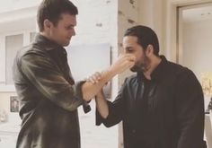 Tom Brady and magician David Blaine hung out on Wednesday. I'm guessing they were shooting for Blaine's TV show that has featured Steph Curry and Jimmy Butler in the past. But anyway, while they were hanging out, Blaine asked the Patriots quarterback to hold a piece of glass as...  http://usa.swengen.com/tom-brady-fed-david-blaine-a-piece-of-glass/