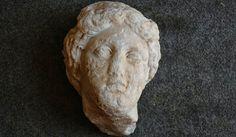 Um grupo de arqueólogos descobriu uma cabeça de mármore em tamanho natural de Afrodite enquanto desenterravam um antigo mosaico de piscina no sul da Turquia.