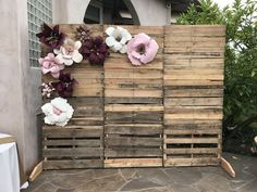 How to Make Rustic Wedding Decorations on a Budget - Backdrops pallet Wall with Paper Flowers perfect for Bridal Shower Decor. wedding backdrop How to Make Rustic Wedding Decorations on a Budget - Backdrops Rustic Wedding Backdrops, Pallet Wedding, Wedding Decorations On A Budget, Bridal Shower Decorations, Diy Wedding, Budget Wedding, Paper Flower Backdrop Wedding, Bridal Shower Backdrop, Wedding Ideas