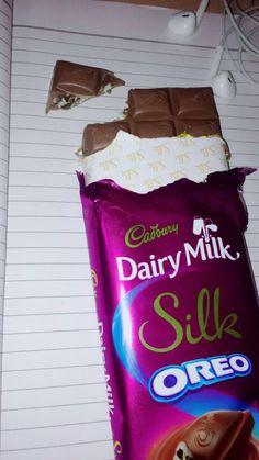 Dpz for girls Cadbury Dairy Milk, Dairy Milk Chocolate, Chocolate Lovers, Tumblr P, Tumblr Food, Applis Photo, Food Photo, Silk Oreo, Dairy Milk Silk