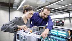 """En una perspectiva del futuro planteada en """"Vorsprung"""", Alemania, los ingenieros de desarrollo del mañana preferirían hacerlo en Audi. El último estudio realizado por Trendence, un instituto de investigación, la marca de los cuatro aros clasificó en primer lugar por novena vez consecutiva por los estudiantes de ingeniería. Audi también obtuvo una clasificación de los..."""