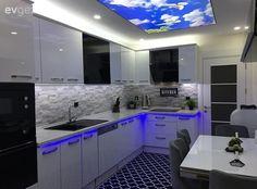 Beyaz mutfak, Gergi tavan, Gri, Halı, Modern mutfak, Mutfak, Mutfak masası, Tezgah arası seramik Kitchen Cabinet Remodel, Kitchen Cabinets, Kitchen Sets, Kitchen Decor, Blue Rooms, Indian Home Decor, Modern Kitchen Design, House Design, Decoration