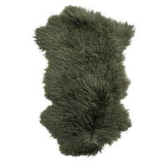 Plaid Tibetan langharig groen.Pure Luxe! Deze sfeervolle groene plaid is een dierenvel gemaakt van Tibetan lamswol en heeft een zachte feeling. De wat langere haren zijn helemaal hot op het moment. Breng meer warmte in huis of buiten om deze mooie plaid over de stoel te leggen, bij de openhaard, op de grond, op bed, of op de leuning van je bank. Dit vacht meet 50x90 en is vervaardigd van lamswol. Deze warme groene plaid is afkomstig van het merk Deense merk Nordal.
