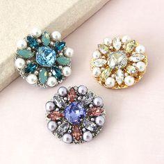 レシピNo.1245 ビジューとパールのフラワーブローチ Pearl Jewelry, Diy Jewelry, Beaded Jewelry, Jewelery, Handmade Jewelry, Crystal Embroidery, Bead Embroidery Jewelry, Craft Accessories, Handmade Accessories