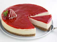CheeseCake - how to make the perfect cheesecake - tips, tricks and an amazing recipe. it is best to store the cheesecake in the spring-form pan until ready t. Oreo Cheesecake, Strawberry Cheesecake, Cheesecake Recipes, Cake Recipes Without Eggs, Yummy Treats, Yummy Food, Food Cakes, Easy Desserts, Food To Make