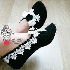 Because we simply can't help ourselves with the one Christmas-themed knitting joke we know! Knitted Slippers, Crochet Art, Crochet Slippers, Crochet Motif, Crochet Flowers, Free Crochet, Baby Knitting Patterns, Crochet Patterns, Fashion Sewing