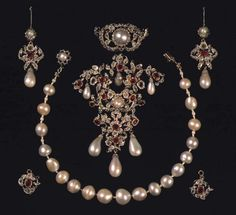 Like the diamond piece, the pearls in this piece originally belonged to Princess Charlotte Amalie. In 1840 Christian VIII's queen Caroline Amalie ordered the piece re-modelled and the rubies were added.  Caroline Amalie and Christian VIII were the last Danish monarchs to be crowned, and since their reign the Danish crowns have been safely packed away beneath Rosenborg Castle. Their sucessor, Frederik VII was the king who gave the Danes a democratic law and ended 400 years of supreme royal…