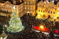 """Der feierlich geschmückte Weihnachtsbaum ist in Prag zur Adventszeit ebenso selbstverständlich wie der Filmklassiker """"Drei"""