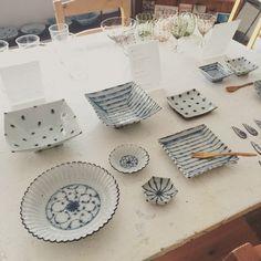 小峠貴美子さんの青と白の涼しげなうつわ。 人気の豆皿以外にも大きさいろいろのうつわが揃ってます。  オンラインショップはこちらから http://syuca.jp/fs/syucashop/c/natsu_no_utsuwa  夏の食卓にぜひ^ ^