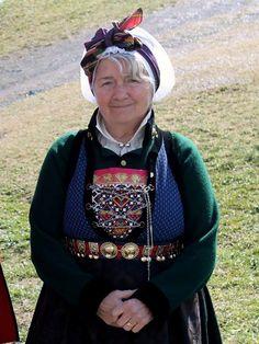 Ei reise i tid og landskap. Folk Costume, Costumes, Folk Clothing, Bridal Crown, Bergen, Traditional Dresses, Folklore, Norway, Vikings