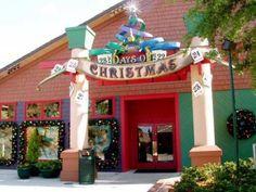 12 Days of Christmas - Esta talvez seja a lojinha mais conhecida de todos, pois está localizada no Downtown Disney. Existem enfeites que estavam presentes na inauguração da loja e continuam sendo produzidos até hoje.