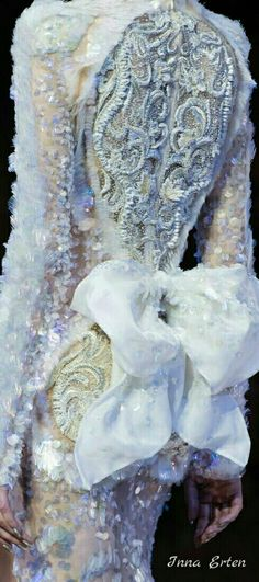 Not Ordinary Fashion - Guo Pei haute couture Fall 2016 Couture Details, Fashion Details, Fashion Art, Runway Fashion, Fashion Design, Fashion Photo, Beautiful Gowns, Beautiful Outfits, Beautiful Clothes