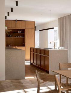 Cuisine minimaliste avec façade de meubles en bois clair et plan de travail en pierre naturelle grise Interior Desing, Interior Design Kitchen, Interior Architecture, Kitchen Units, Scandinavian Design, Nordic Design, Home Kitchens, Home And Living, Slow Living