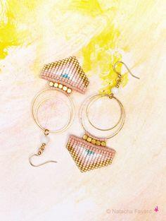 Macrame arrow / chevrons earrings. Dangling hoops, pastel peach pink, white, gold and turquoise blue. © Natacha Fayard