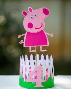 This fun centrepiece of Peppa Pig . . . . . #Peppapigparty #partyideas #partyplanner #inspiremyinstagram #eventstyling #peppapig #peppa…
