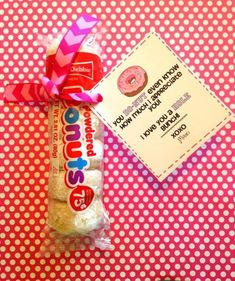 Girls Camp Printable Pillow Treats for Secret Sisters and it includes mini powdered donuts the best donuts around yum! Homemade Gifts, Diy Gifts, Pillow Treats, Cheer Gifts, Cheerleading Gifts, Softball Gifts, Basketball Gifts, Cheer Treats, Football Player Gifts