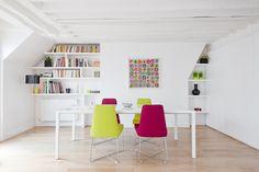 unique built in bookshelves. bright white with vivid pops of color © Julien Fernandez Photographe -2