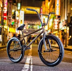 BMX Chains, an often under appreciated part of a bike although there are many different brands making awesome BMX chains. The best BMX chains Cycling Art, Cycling Bikes, Cycling Quotes, Cycling Jerseys, Single Speed Mountain Bike, Mountain Biking, Bmx Bandits, Bmx Bicycle, Bicycle Shop