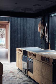 Die Kücheninseln aus Eiche wurden in Zusammenarbeit mit dem belgischen Küpchenhersteller Maes Inox angefertigt. Durch die Decke dringt Tageslicht ein, der Boden ist aus Terrazzo. Hier stellen Redzepi und sein Team die Menüs fertig, die um die 18 Gänge umfassen. (Foto: Irina Boersma)