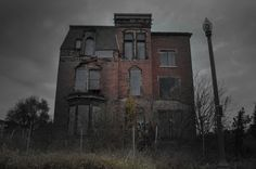 He Photographed This Eerie Abandoned House. What Happened There? The Truth Will TERRIFY You : haunted-house-scary-photo-shocking Haunted Houses In America, Real Haunted Houses, Creepy Houses, Most Haunted, Haunted Mansion, Old Buildings, Abandoned Buildings, Abandoned Places, Spooky House