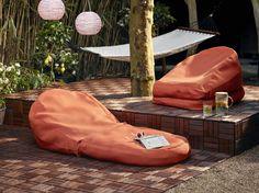 Plof lekker in een van de BUSSAN zitzakken om vervolgens uren te relaxen. | #STUDIObyIKEA #IKEA #IKEAnl #buitenleven #zitzak #tuin #inspiratie