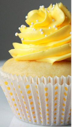How to use a pastry bag 101 Learn to make roses on cupcakes A fab cupcake board to follow & more!