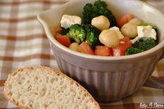 Rezept für einen Brokkolisalat mit Macadamia-Nüssen. http://www.bettys-elbgruen.de/recipe/brokkolisalat-mit-macadamia-nuessen/