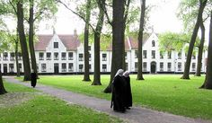 The 'Princely Beguinage Ten Wijngaarde' with its white-coloured house fronts, tranquil convent garden and beguinage museum was founded in Nowadays, this item of World Heritage is inhabited by the sisters of the Order of Saint Benedict. Places Around The World, Around The Worlds, Stuff To Do, Things To Do, Vacation Spots, Beautiful Places, Places To Visit, Belgium Bruges, Open Image
