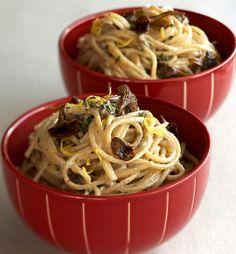 Sitruunalla ja rosmariinilla maustettu sienikastike tarjotaan pastan kaverina. Tämä maukas annos sopii hyvin keventäjällekin.