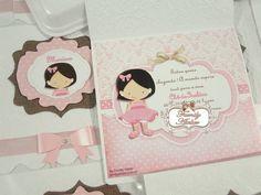 Convite confeccionado com papel relevo branco e detalhes em scrap, no tema boneca.  Pedido Mínimo: 20 unidades.  Embalado individualmente em saquinho de celofane. R$ 7,50