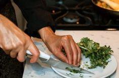 Koriander je úžasne liečivý a očisťujúci. Skúste RECEPT na koriandrové pesto Pesto, Guacamole, Green Beans, Plastic Cutting Board, Smoothie, Vegetables, Food, Cilantro, Essen