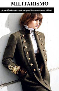 A tendencia militar, unanime nas semana de moda nacionais e   internacionais para o inverno, vem do verde do exército; do uso de casacos,   jaquetas e parkas cujos shapes e detalhes remetem aos uniformes dos campos   de batalha e camuflado. A estampa está com tudo, vem sofisticada e   elegante. As peças de alfaiataria possuem aura moderna, com uma pegada   urbana em calças de sarja, macacões, saias e jaquetas. O militarismo está   conquistando o guarda-roupa das mulheres e é atemporal, por…