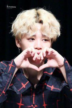 P A R K J I M I N ..his facee so adorable and his hand sooo cuteee with that lovee
