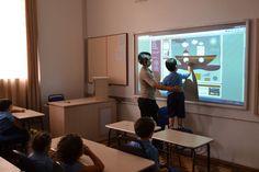 Crianças utilizando as novas tecnologias em sala de aula, transformando o rumo da educação infantil.