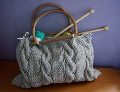 Sac tricot -cute, maybe one day I'll be this good! Diy Crochet Accessories, Small Projects Ideas, Knitted Bags, Knitting Needles, Bucket Bag, Needlework, Knit Crochet, Quilts, Wool