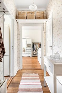 Not wallpaper but storage Swedish Cottage, Interior Design Images, Weekend House, House Entrance, Apartment Living, Fixer Upper, Home Furnishings, Ideal Home, Sweet Home