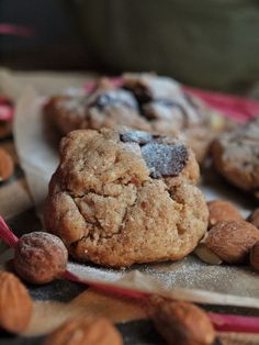 Dinkel Tahini Kekse - Tahini Cookies sind mit Sesampaste gebacken. Dazu noch Mandeln + Schokolade. Einfach lecker + für Sesam Liebhaber die perfekten Kekse