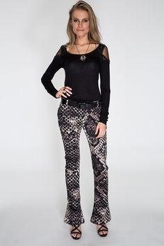 A blusa preta de malha com recorte nos ombros e aplicação de pedrarias combinada com a calça flare maxi snake formam um look total night, imprimindo estilo, sofisticação e tendência.